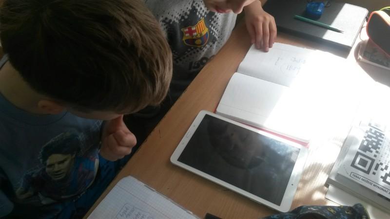 Uczniowie klasy IV pracowali z wykorzystaniem QR kodów